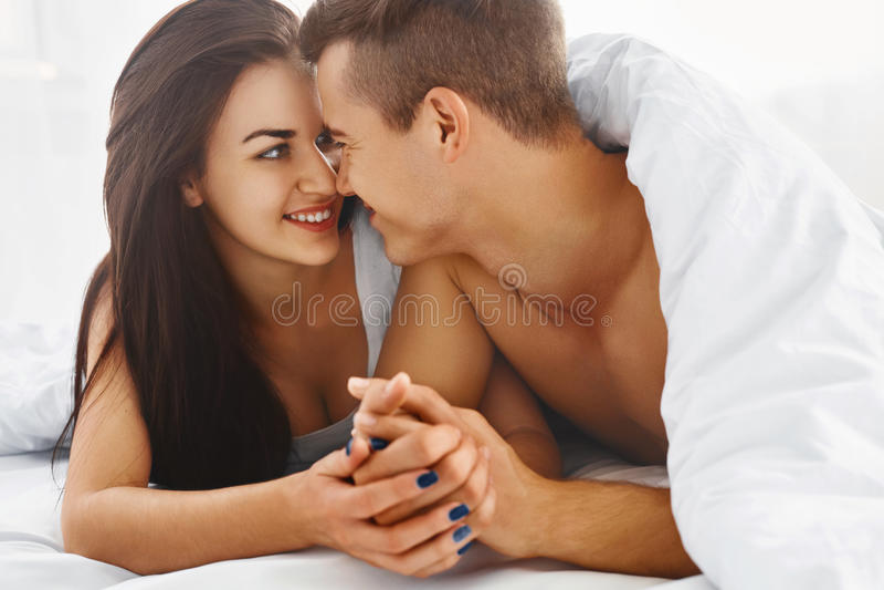 Κλείστε επάνω το πορτρέτο του ρομαντικού ζεύγους στο κρεβάτι στοκ εικόνες