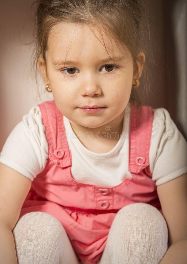 Κλείστε επάνω το πορτρέτο του λυπημένου μικρού κοριτσιού στοκ εικόνες