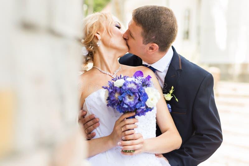 Κλείστε επάνω το πορτρέτο του φιλήματος του γαμήλιου ζεύγους στοκ εικόνες με δικαίωμα ελεύθερης χρήσης