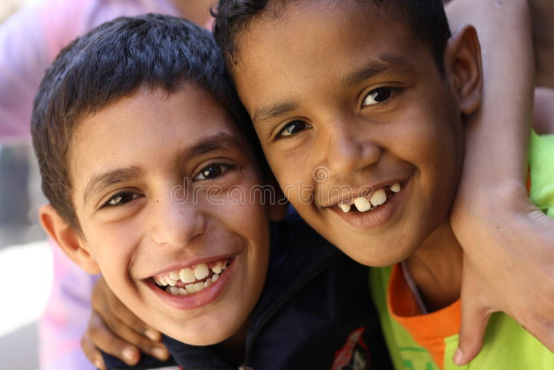 Κλείστε επάνω το πορτρέτο των ευτυχών αιγυπτιακών παιδιών στο chairty γεγονός στοκ φωτογραφία