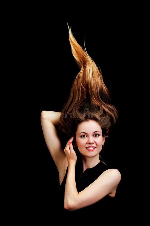 Κλείστε επάνω το πορτρέτο των νέων όμορφων γυναικών με την τρίχα επάνω καθιερώνον τη μόδα γ στοκ φωτογραφία