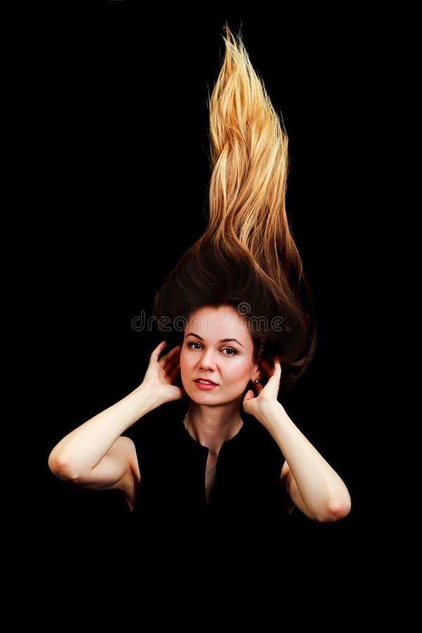 Κλείστε επάνω το πορτρέτο των νέων όμορφων γυναικών με την τρίχα επάνω καθιερώνον τη μόδα γ στοκ φωτογραφία με δικαίωμα ελεύθερης χρήσης