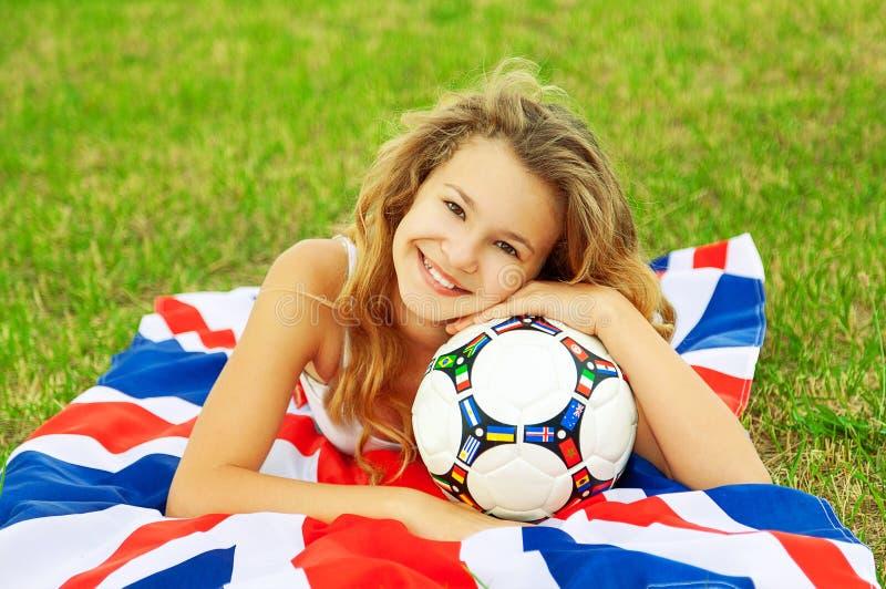 Κλείστε επάνω το πορτρέτο χαριτωμένου λίγο κορίτσι οπαδών ποδοσφαίρου στοκ φωτογραφία με δικαίωμα ελεύθερης χρήσης