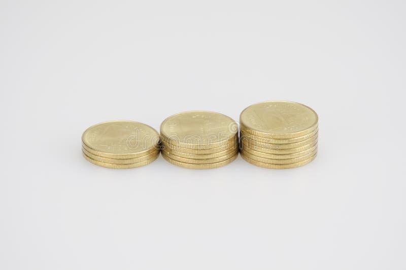 Κλείστε επάνω το σωρό βημάτων των χρυσών νομισμάτων που απομονώνονται στο άσπρο υπόβαθρο στοκ εικόνες με δικαίωμα ελεύθερης χρήσης