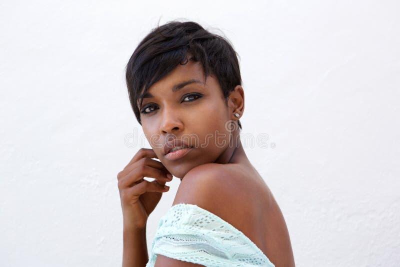 Κλείστε επάνω το όμορφο πρότυπο μόδας αφροαμερικάνων με την κοντή τρίχα στοκ φωτογραφία