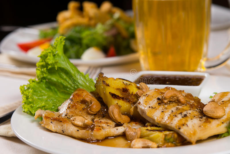 Κλείστε επάνω το Juicy πιάτο κρέατος κοτόπουλου με τη σάλτσα εμβύθισης στοκ φωτογραφία