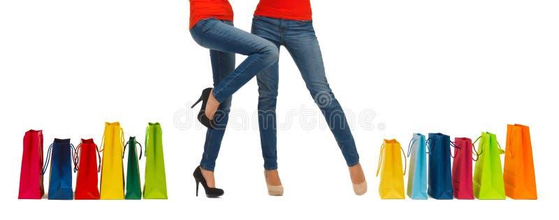 Κλείστε επάνω των γυναικών με τις τσάντες αγορών στοκ φωτογραφίες