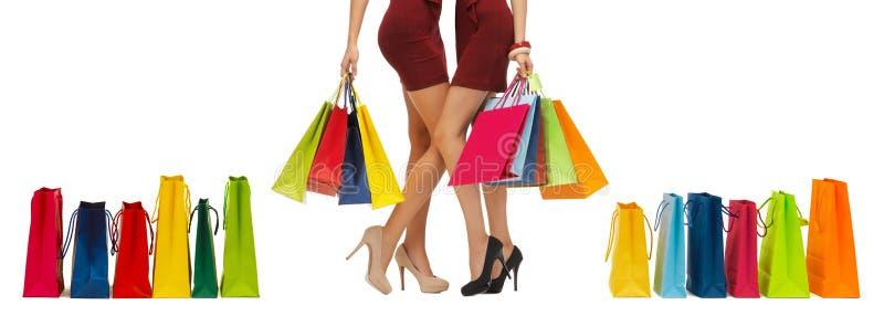 Κλείστε επάνω των γυναικών στα υψηλά τακούνια με τις τσάντες αγορών στοκ φωτογραφία με δικαίωμα ελεύθερης χρήσης