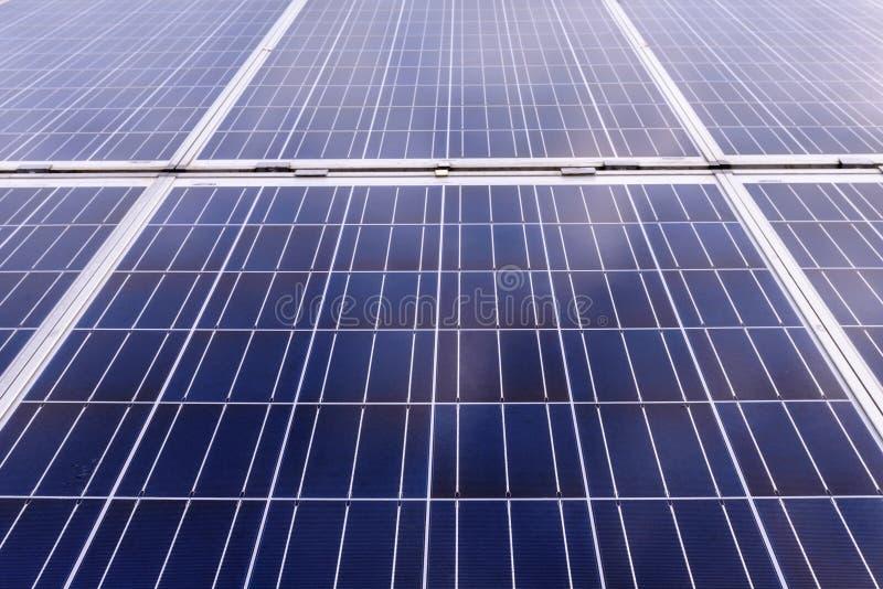 Κλείστε επάνω των ηλιακών κυττάρων για την ανανεώσιμη ηλιακή ενέργεια με τον ήλιο στοκ εικόνες με δικαίωμα ελεύθερης χρήσης