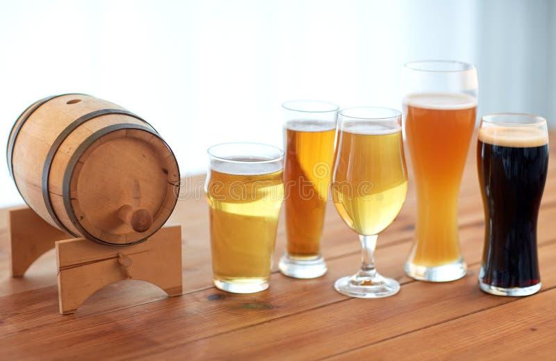 Κλείστε επάνω των διαφορετικών μπυρών στα γυαλιά στον πίνακα στοκ φωτογραφία με δικαίωμα ελεύθερης χρήσης