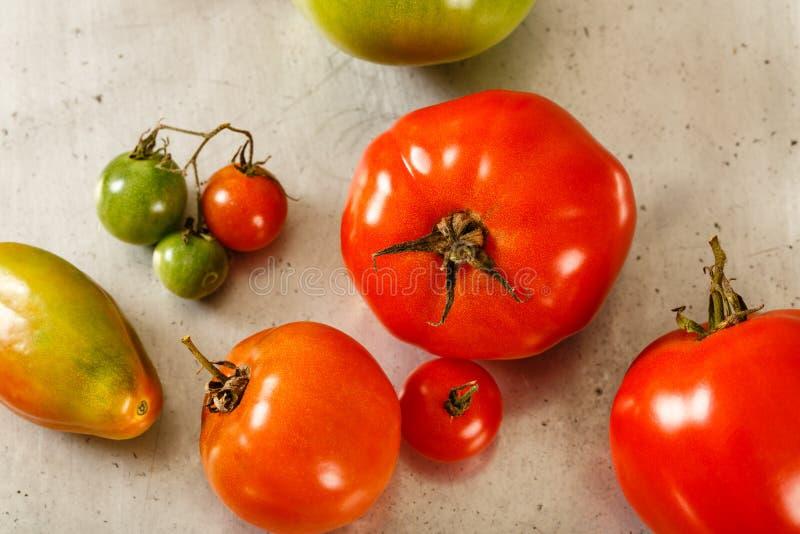 Κλείστε επάνω των κόκκινων και πράσινων ντοματών στοκ φωτογραφία με δικαίωμα ελεύθερης χρήσης