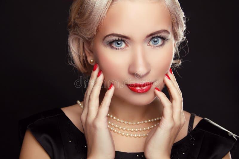 Κλείστε επάνω των μπλε ματιών. Η αναδρομική γυναίκα με κάνει τα επάνω και κόκκινα καρφιά στοκ φωτογραφίες με δικαίωμα ελεύθερης χρήσης