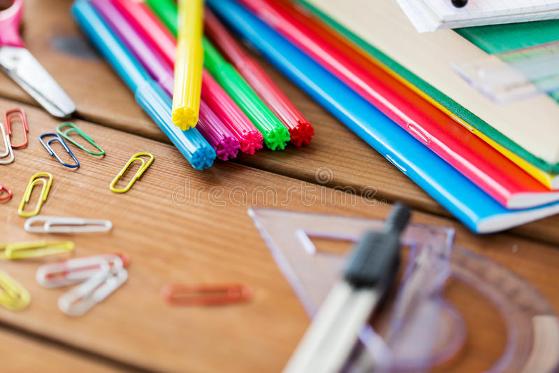Κλείστε επάνω των προμηθειών χαρτικών ή σχολείων στον πίνακα στοκ εικόνες με δικαίωμα ελεύθερης χρήσης