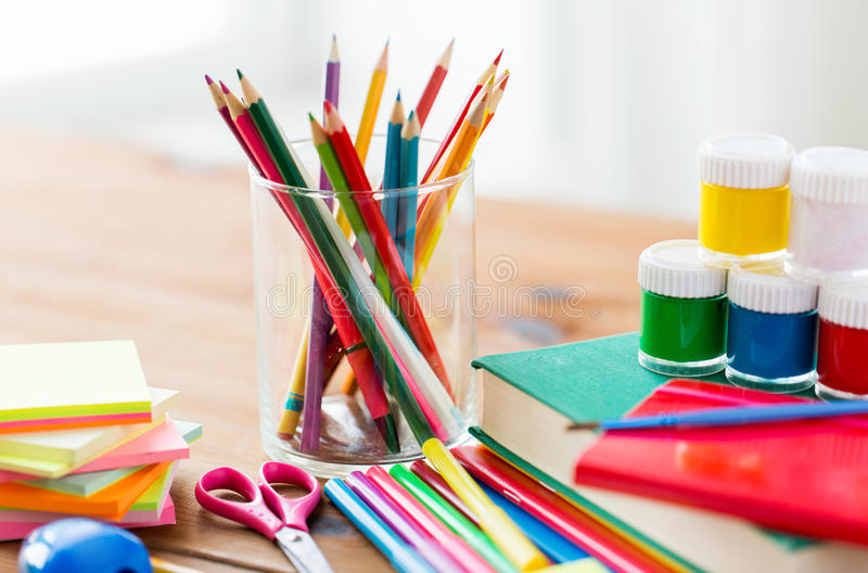 Κλείστε επάνω των προμηθειών χαρτικών ή σχολείων στον πίνακα στοκ εικόνα