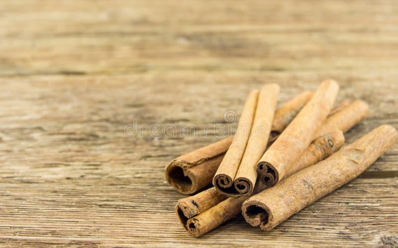 Κλείστε επάνω των ραβδιών κανέλας στο αγροτικό ξύλο στοκ φωτογραφία με δικαίωμα ελεύθερης χρήσης