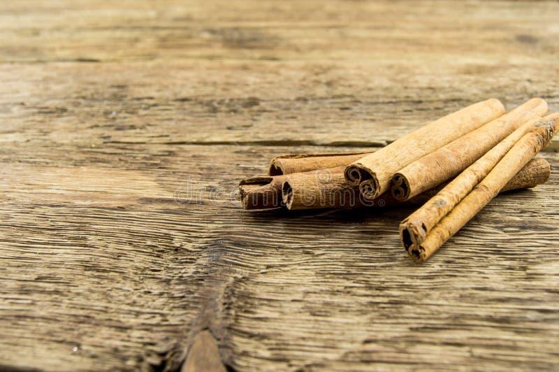 Κλείστε επάνω των ραβδιών κανέλας στο αγροτικό ξύλο στοκ φωτογραφίες με δικαίωμα ελεύθερης χρήσης