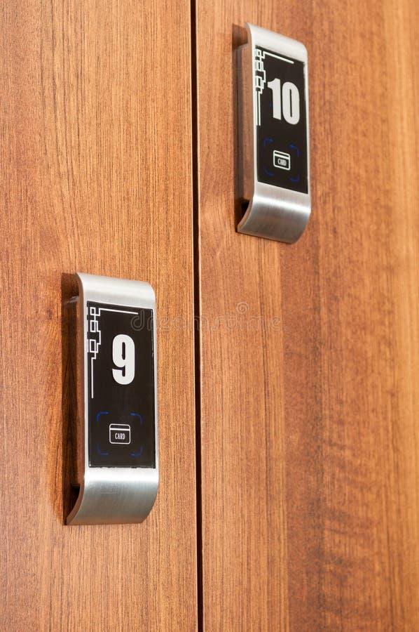 Κλείστε επάνω των σύγχρονων αριθμημένων ντουλαπιών που εξασφαλίζονται με το cardkey στοκ εικόνες με δικαίωμα ελεύθερης χρήσης