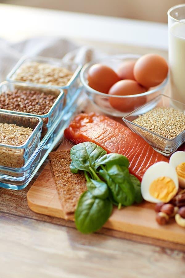 Κλείστε επάνω των φυσικών πρωτεϊνικών τροφίμων στον πίνακα στοκ εικόνα