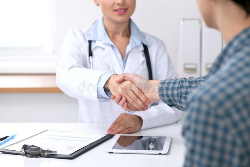 Κλείστε επάνω των χεριών ενός γιατρών γυναικών τινάγματος με τον αρσενικό ασθενή της Έννοια ιατρικής και εμπιστοσύνης στοκ φωτογραφίες με δικαίωμα ελεύθερης χρήσης