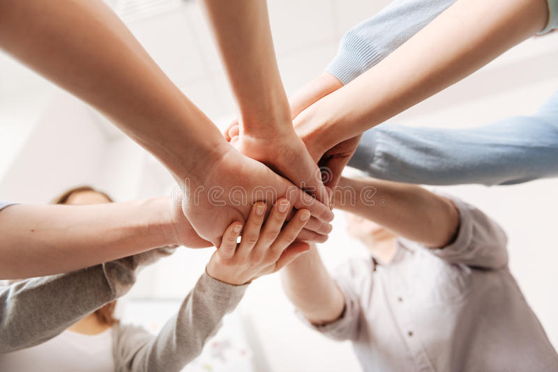Κλείστε επάνω των χεριών συναδέλφων που είναι ενωμένων στοκ φωτογραφία