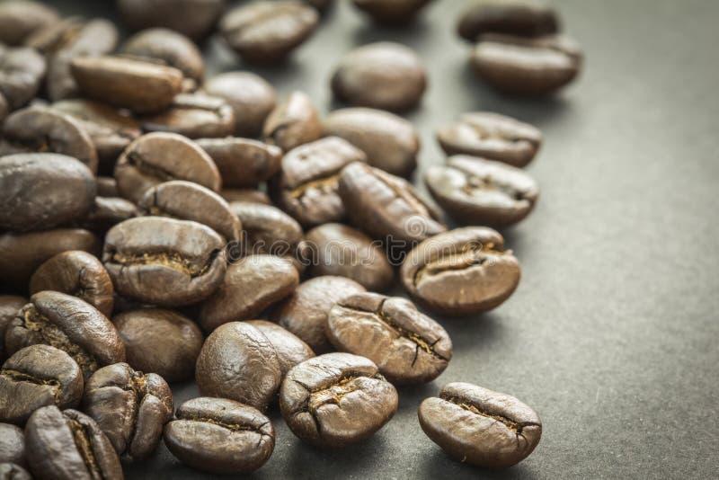 Κλείστε επάνω των ψημένων φασολιών καφέ, εκλεκτική εστίαση στοκ εικόνα