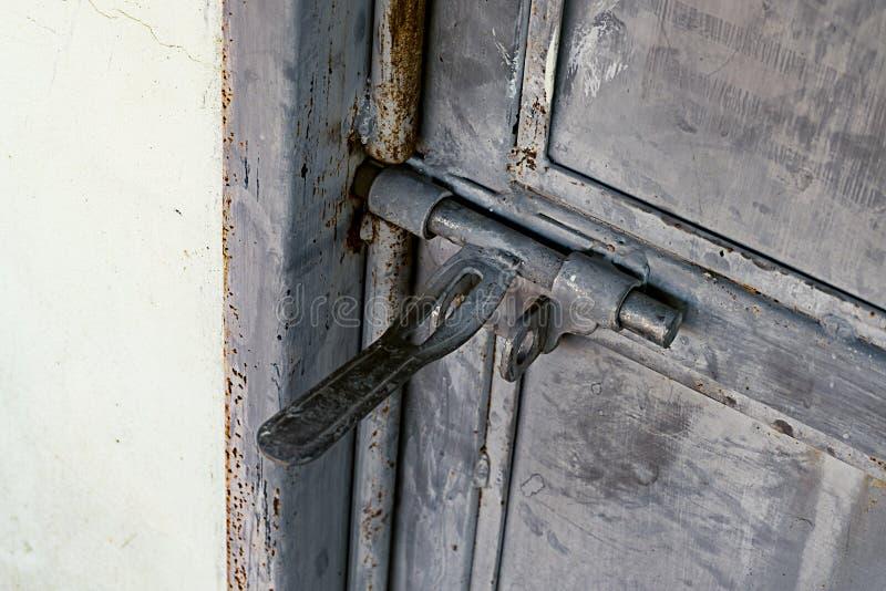 Κλείστε επάνω: grunge παλαιά σκουριασμένη άρθρωση πορτών μετάλλων, στοκ φωτογραφία με δικαίωμα ελεύθερης χρήσης