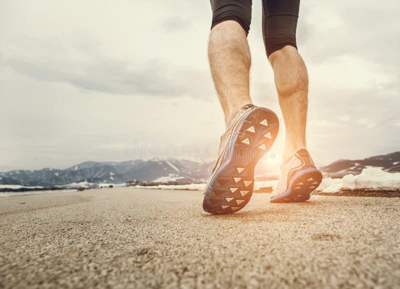 Κλείστε επάνω sprinter τα πόδια στην άσφαλτο στοκ φωτογραφία με δικαίωμα ελεύθερης χρήσης