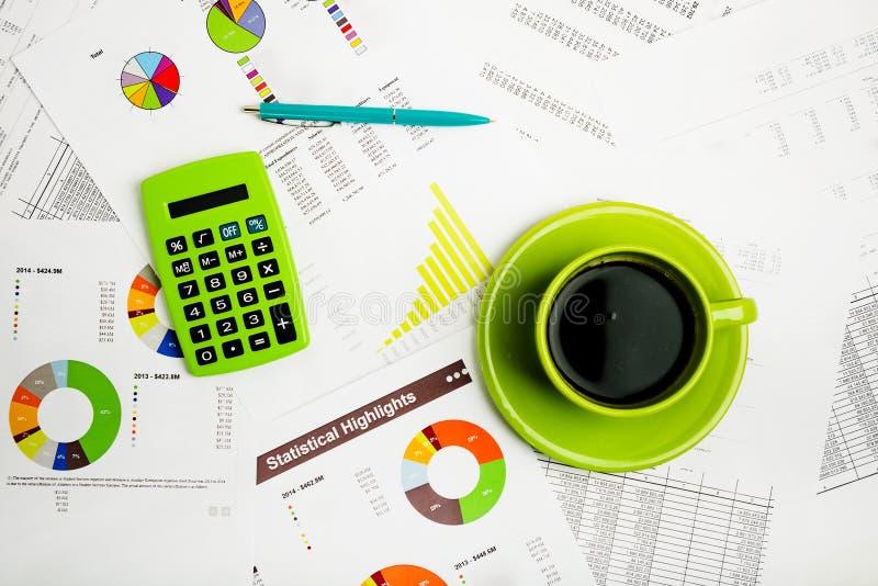 Κλείστε του επιχειρησιακού εργασιακού χώρου με τις οικονομικές εκθέσεις στοκ εικόνα