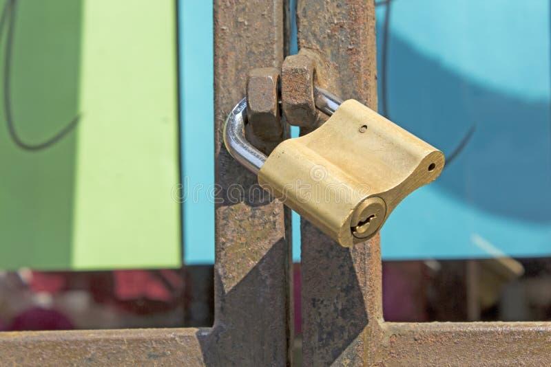 κλείδωμα πυλών σκουρια&s στοκ φωτογραφία με δικαίωμα ελεύθερης χρήσης