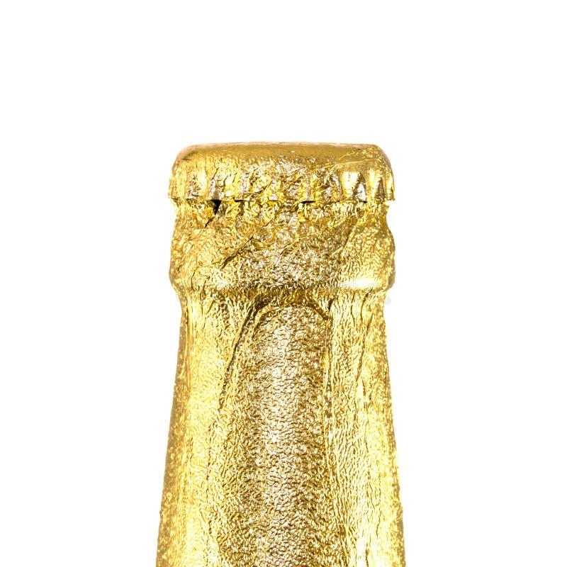 Κλειστά λαιμός μπουκάλια μπύρας που τυλίγονται στο χρυσό φύλλο αλουμινίου στοκ εικόνες με δικαίωμα ελεύθερης χρήσης
