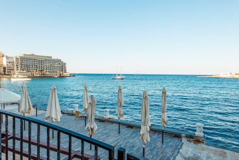 Κλειστά sumbrellas ST Julians, Μάλτα στοκ εικόνες