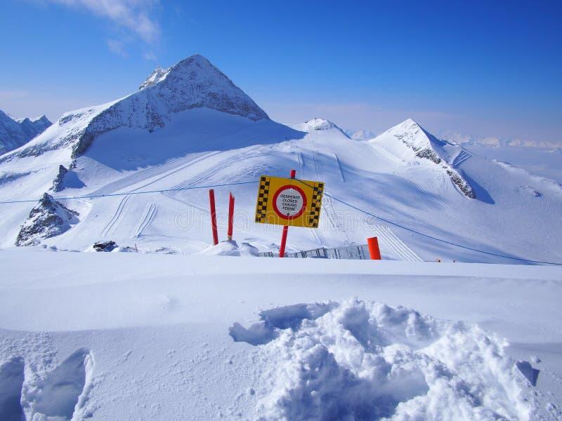 Κλειστή κλίση σκι σε Hintertux, Αυστρία, μπλε ουρανός στοκ εικόνα με δικαίωμα ελεύθερης χρήσης