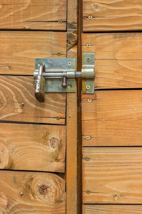 Κλειστή ξύλινη πόρτα με το λουκέτο και το μπουλόνι στοκ εικόνες