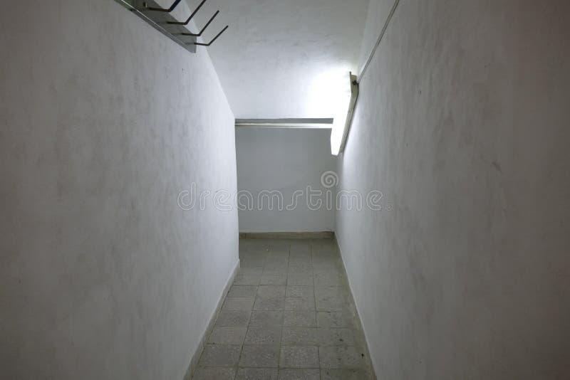 Κλειστοφοβικός στενός διάδρομος με το φτωχό φως στοκ εικόνες με δικαίωμα ελεύθερης χρήσης