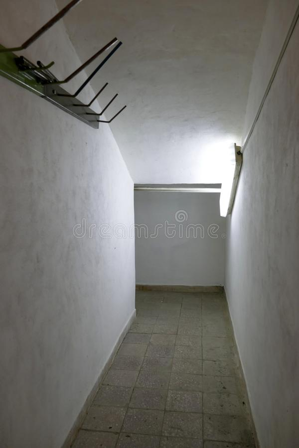 Κλειστοφοβικός στενός διάδρομος με το φτωχό φως στοκ φωτογραφίες με δικαίωμα ελεύθερης χρήσης