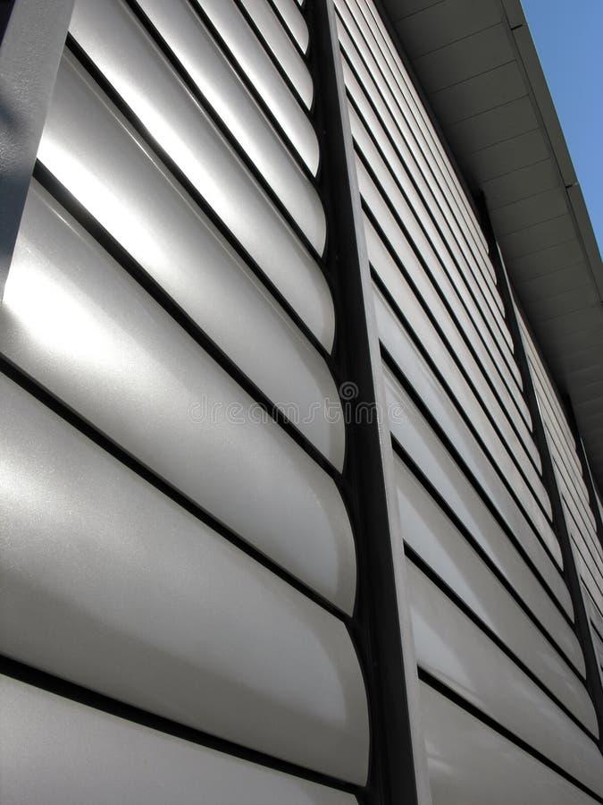 Κλειστό μεταλλικό παραθυρόφυλλο παραθύρων στο κτίριο γραφείων στοκ φωτογραφία με δικαίωμα ελεύθερης χρήσης