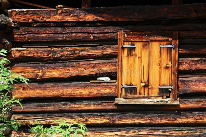Κλειστό παράθυρο σε μια παλαιά αγροικία στοκ φωτογραφία με δικαίωμα ελεύθερης χρήσης