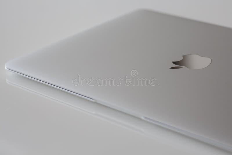 Κλειστό MacBook 12» ασήμι 1$ος GEN στοκ εικόνες