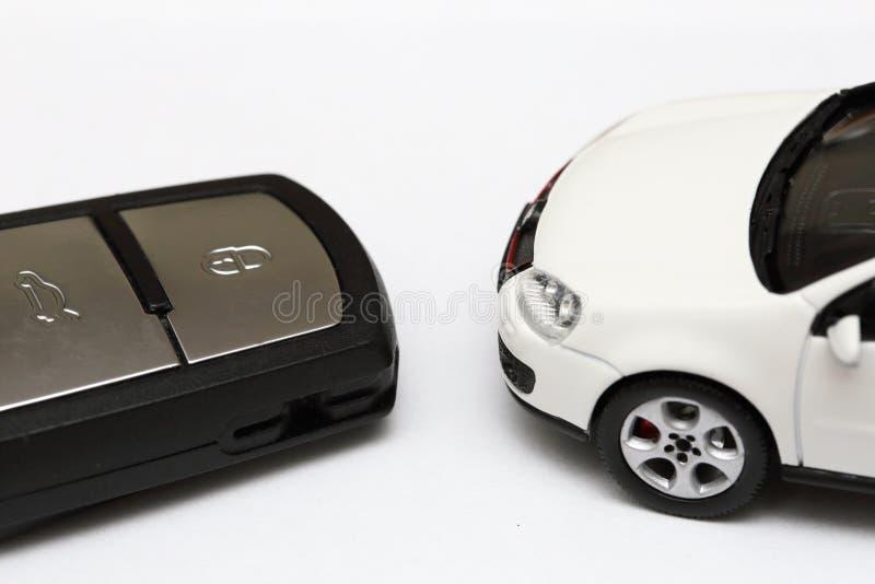 Κλειδί αυτοκινήτων και αυτοκίνητο στοκ φωτογραφίες με δικαίωμα ελεύθερης χρήσης