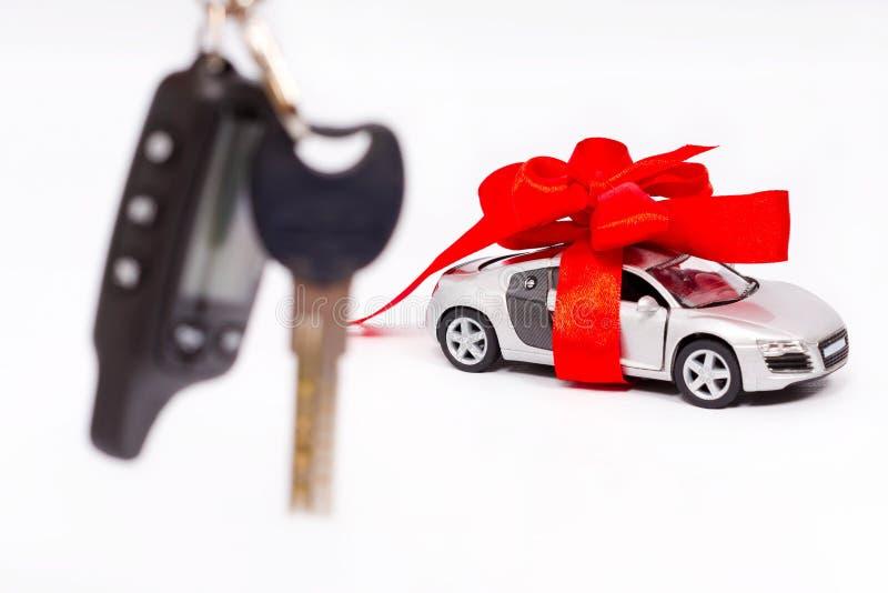 Κλειδί αυτοκινήτων με το κόκκινο τόξο στοκ φωτογραφία