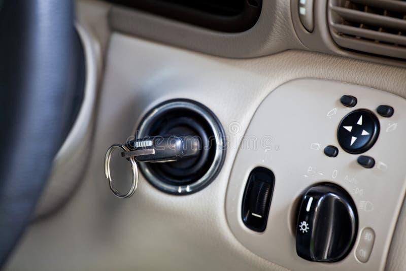 Κλειδί αυτοκινήτων στον κύλινδρο κλειδαριών ανάφλεξης στοκ εικόνες