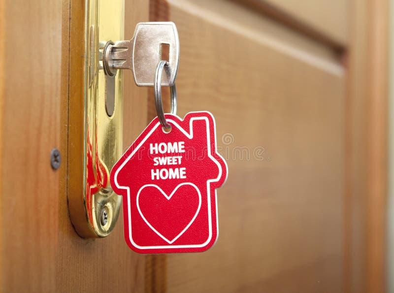 Κλειδί με το σπίτι ετικετών στοκ φωτογραφία