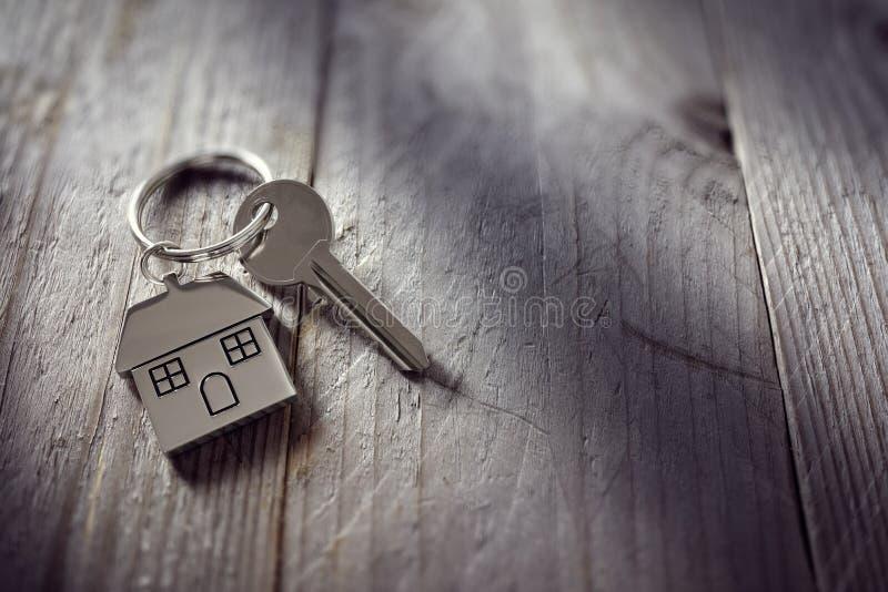 Κλειδί σπιτιών στο keychain στοκ εικόνες