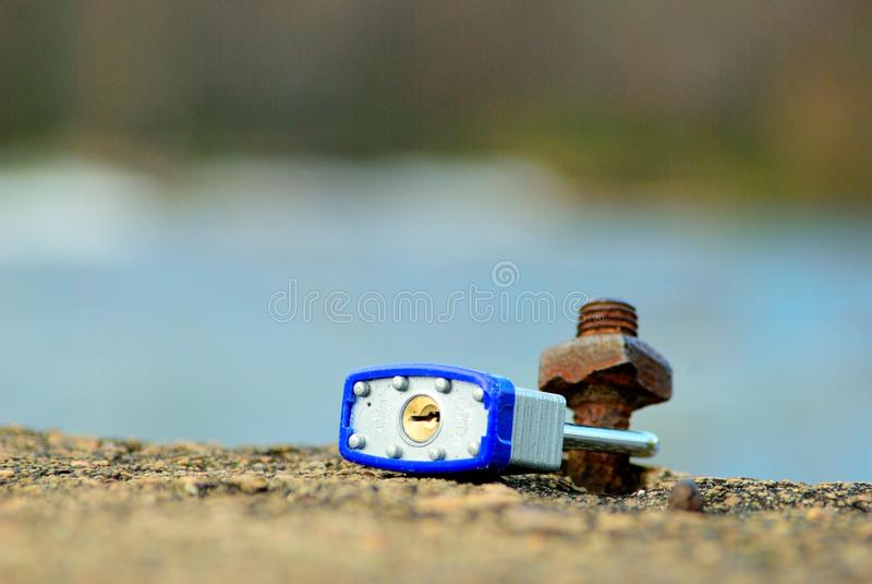 Κλειδαριά αγάπης από τον ποταμό στοκ εικόνες