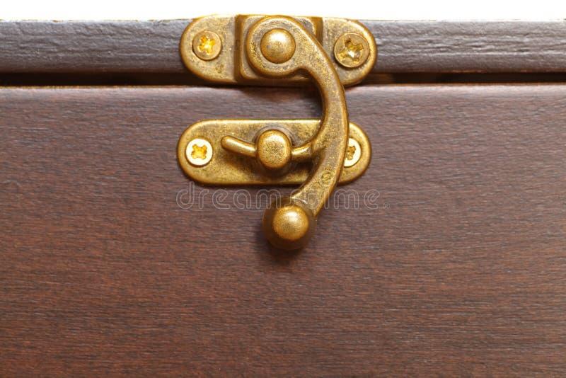 Κλειδαριά μετάλλων στο ξύλινο κιβώτιο στοκ εικόνες με δικαίωμα ελεύθερης χρήσης