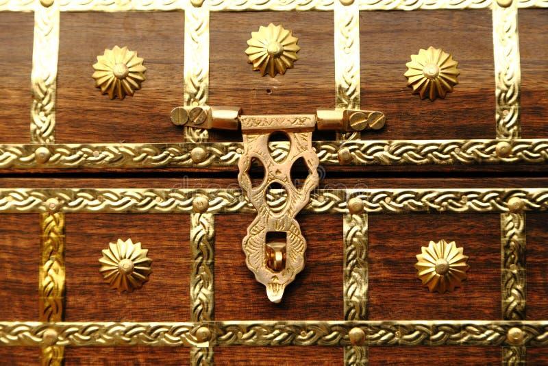 Κλειδαριά μετάλλων στο ξύλινο στήθος στοκ φωτογραφίες με δικαίωμα ελεύθερης χρήσης