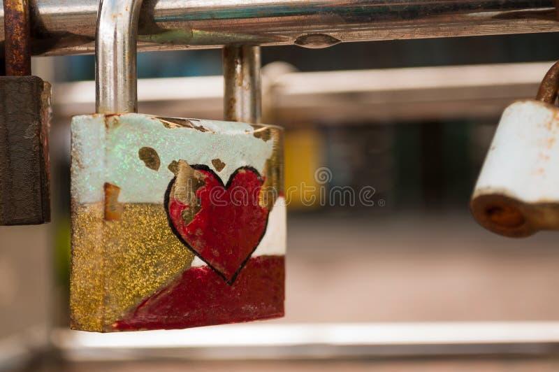 Κλειδαριά με μια κόκκινη καρδιά στοκ φωτογραφία με δικαίωμα ελεύθερης χρήσης