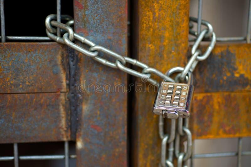 Κλειδαριά με την αλυσίδα στη σκουριασμένη πύλη στοκ εικόνα