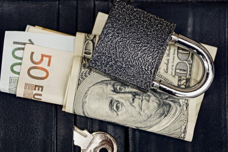 Κλειδαριά με το κλειδί και το νόμισμα στο πορτοφόλι στοκ εικόνες