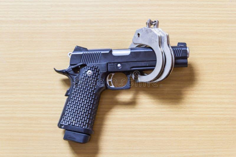 Κλειδαριά πυροβόλων όπλων που ελέγχεται από το δεσμό στο ξύλο για την πρόληψη εγκλήματος στοκ εικόνες